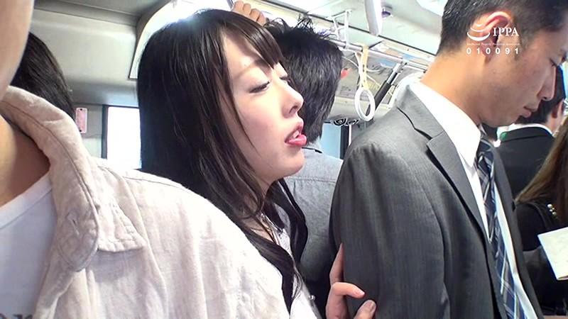 満員バスで出会ったクソエロい人妻!夫が横に居るのにムチムチ尻を僕の股間に押しつけてきて思わず勃起ちゃたよ。チ○コを握りしめスリルを楽しんでいる奥さんとその場でヤッちゃいました。 サンプル画像 1