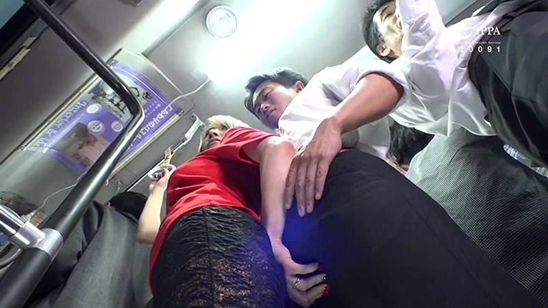 満員バスで出会ったクソエロい人妻!夫が横に居るのにムチムチ尻を僕の股間に押しつけてきて思わず勃起ちゃたよ。チ○コを握りしめスリルを楽しんでいる奥さんとその場でヤッちゃいました。 サンプル画像 15
