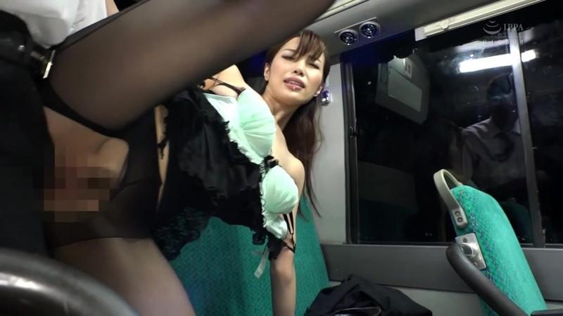 通勤満員バスのOL黒パンストむっちり尻が辛抱たまらん!勃起チ○ポがぴちぴちタイトスカートの尻ワレメにめり込み声も立てれず興奮してる10人の女子社員たち。チ○ポ握らせパンティずらして車内で立ったままヤッちまいましたスペシャル240分4
