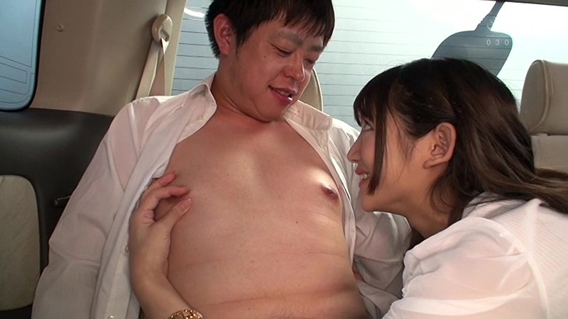 星奈あいがチクニーの乳首をいじりM男を見つめる