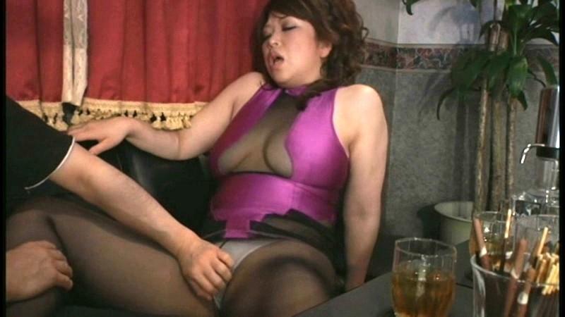 快楽悩殺的痴女遊戯 第三章 酔って男を食いまくる、ムチムチ熟女ホステスなつこさん 画像12