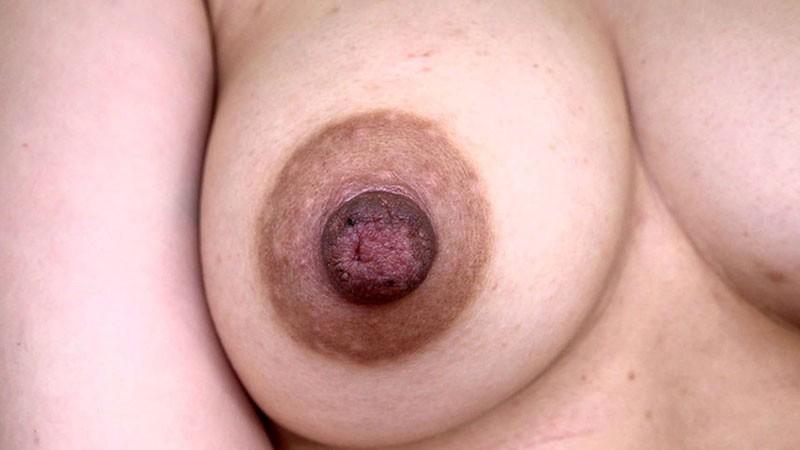 乳首だけでイッちゃう敏感すぎる卑猥なデカ乳首を持つムッチリ素人妻 ほのか28歳 結婚4年目