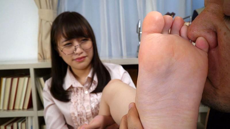 女の臭い足舐め1