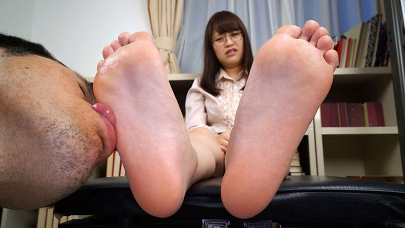 女の臭い足舐め2