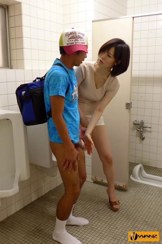 森ななこがトイレでショタのチ〇ポを手コキ