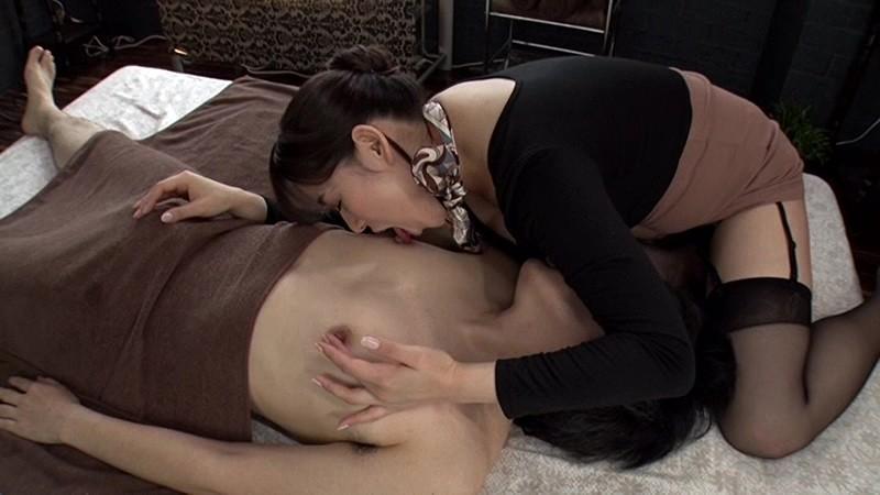 相互乳首舐めをする三島奈津子