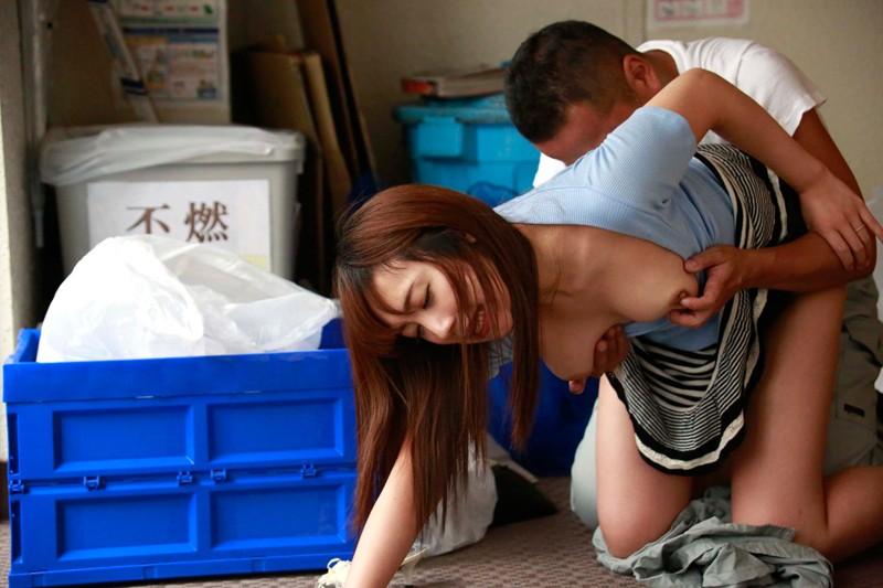 【若妻 中出し】無防備なエロい巨乳の若妻人妻の中出し露出寝取られプレイがエロい!