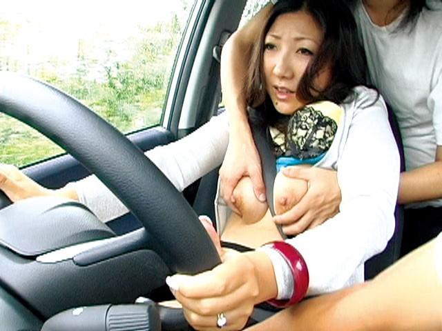本当は駄目な運転する人妻の乳もみサンプルF10