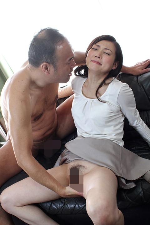 デカチン男との濃厚密着不倫セックスに乱れまくる人妻たち…