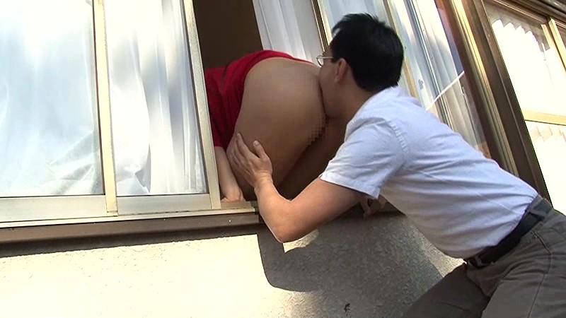 窓からデカ尻を出して男を誘う人妻 本真ゆり 画像1