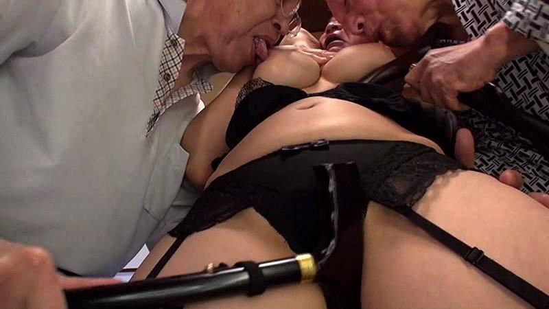 老人たちに寝取られたセックスレスの夫を持つ巨乳嫁 推川ゆうり サンプル画像 17