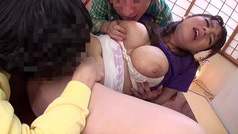 【ショタ 輪姦】スケベでエロい巨乳のショタ人妻の、輪姦フェラプレイエロ動画。