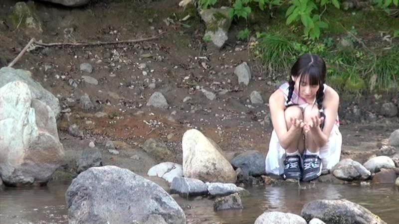 故郷の川で遊ぶスク水少女|無料エロ画像1