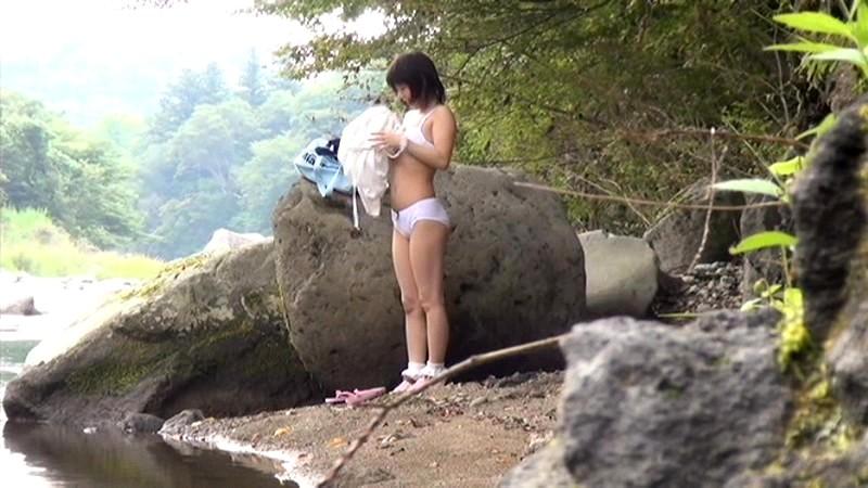 故郷の川で遊ぶスク水少女|無料エロ画像11