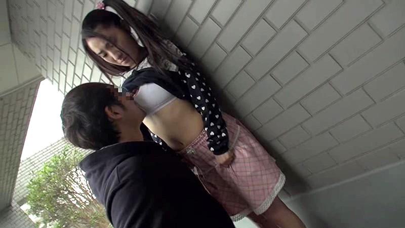 マンション敷地内で発生した少女わいせつ事件の犯行映像 無料エロ画像2