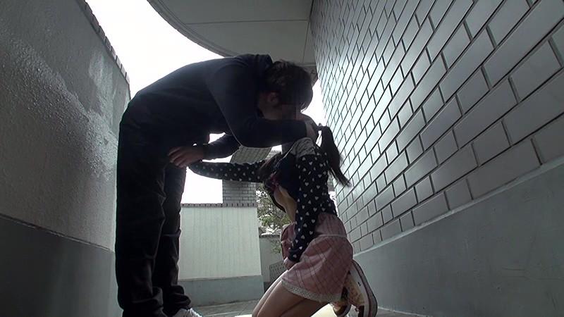 マンション敷地内で発生した少女わいせつ事件の犯行映像|無料エロ画像4