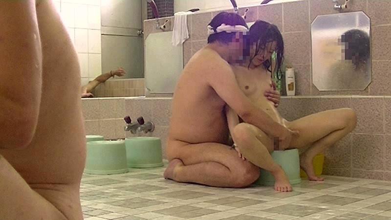 銭湯の男湯に父親と入ってくる少女を狙った盗撮いたずらわいせつ映像 無料エロ画像10