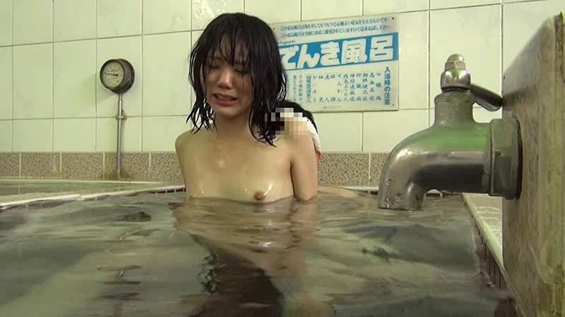 銭湯の男湯に父親と入ってくる少女を狙った盗撮いたずらわいせつ映像 無料エロ画像13