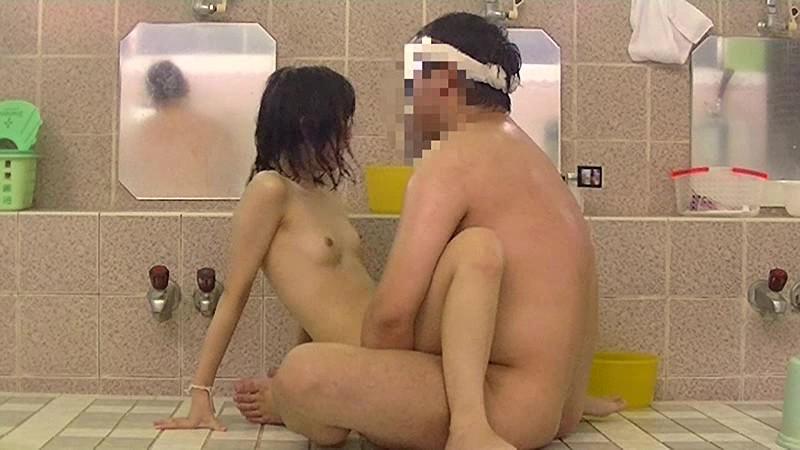 銭湯の男湯に父親と入ってくる少女を狙った盗撮いたずらわいせつ映像 無料エロ画像14