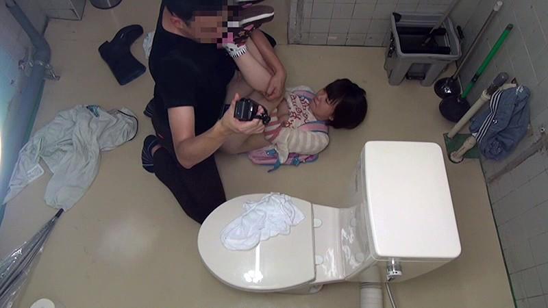 少女トイレこじ開けレ●プ|無料エロ画像11