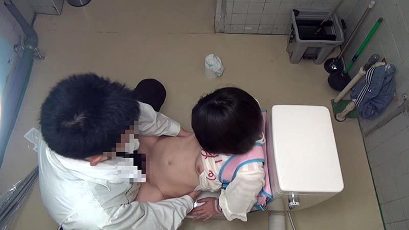 少女トイレこじ開けレ●プ|無料エロ画像9