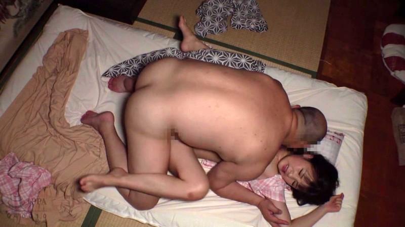 小さな身体の黒髪美少女に種付けプレスする中出し性交映像 4時間