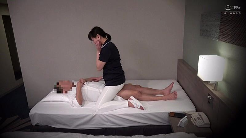 素人限定。出張メンズエステ盗撮 「嫌がらないでチ○ポも揉んでよ!」隠れ巨乳人妻エステティシャンに中出ししちゃいました。 画像3