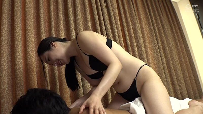 本場韓国で部屋に呼んだ美人マッサージ嬢があまりにも卑猥なテカテカオイルボディだったので思わず本番交渉! 日本人の硬くて太いデカチンにプロのプライド完全崩壊アクメ連発セックス! 15枚目