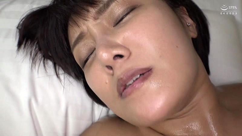 本場韓国で部屋に呼んだ美人マッサージ嬢があまりにも卑猥なテカテカオイルボディだったので思わず本番交渉! 日本人の硬くて太いデカチンにプロのプライド完全崩壊アクメ連発セックス! 3枚目