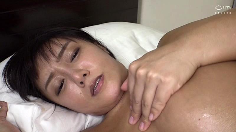 本場韓国で部屋に呼んだ美人マッサージ嬢があまりにも卑猥なテカテカオイルボディだったので思わず本番交渉! 日本人の硬くて太いデカチンにプロのプライド完全崩壊アクメ連発セックス! 7枚目