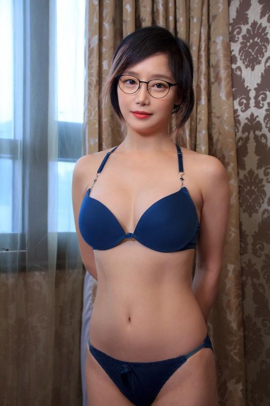 韓国で見つけた彼女。眼鏡で隠した美貌と隠れ巨乳は揉んで良し!揺れて良し!見た目通りの従順さはどこまでヤラれても無垢な希少種!セボン&チェリン 画像1