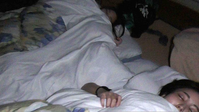 【寝てる彼女に凸!】隣に友達が寝てるのに…【声我慢SEX!】 キャプチャー画像 1枚目