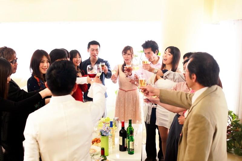 浮気妻12人 人妻が集まったらスゴイ事になっちゃいました!夫婦でホームパーティに行ったら…旦那に内緒で昼間の合コン開催…奥さま達はっちゃけすぎでーす!! 2枚目