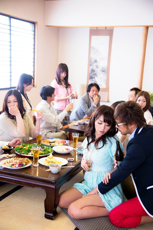 浮気妻12人 人妻が集まったらスゴイ事になっちゃいました!夫婦でホームパーティに行ったら…旦那に内緒で昼間の合コン開催…奥さま達はっちゃけすぎでーす!! 6枚目