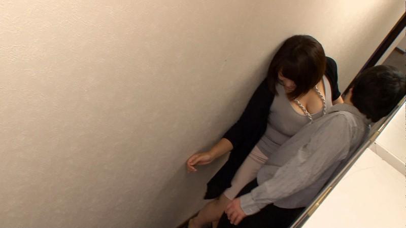 狭い廊下でボインちゃんとすれ違う 杏美月 マン喫個室でやっちゃった! サンプル画像 4