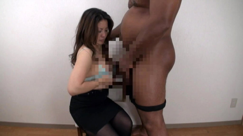 人妻が初めて見た 黒人デカチ○ポの大きさと迫力に大興奮!!