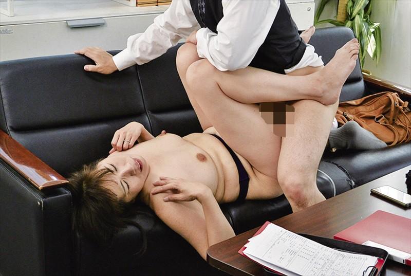 パートの熟女OLのタイトなウマ尻にお触りしたら4時間 12枚目