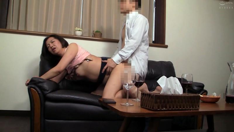 普通の人妻さんが旦那の知人に口説かれNTRセックスに至る緊迫ドキュメント!240分 画像2