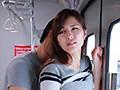 『え、こんな私のカラダで興奮するの?』3 女を忘れかけ無警戒に乗り込んだ電車内で若い青年に熟れた胸や尻を弄られたおばさんは感じまいと必死に抵抗するが、性感帯を刺激された瞬間スイッチが入ってしまった