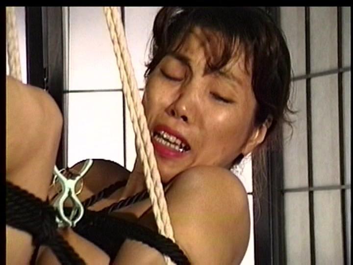 奴●和服妻 強●放尿鞭責め襦袢天井吊り