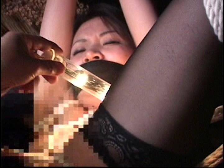 人妻蜜室監禁 未亡人、若妻に異物挿入、蝋燭鞭責め、天井吊り 画像15