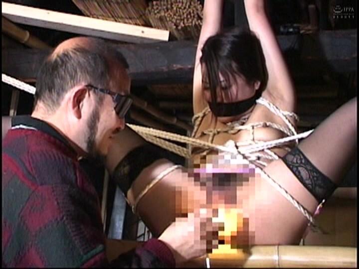 人妻蜜室監禁 未亡人、若妻に異物挿入、蝋燭鞭責め、天井吊り 画像16