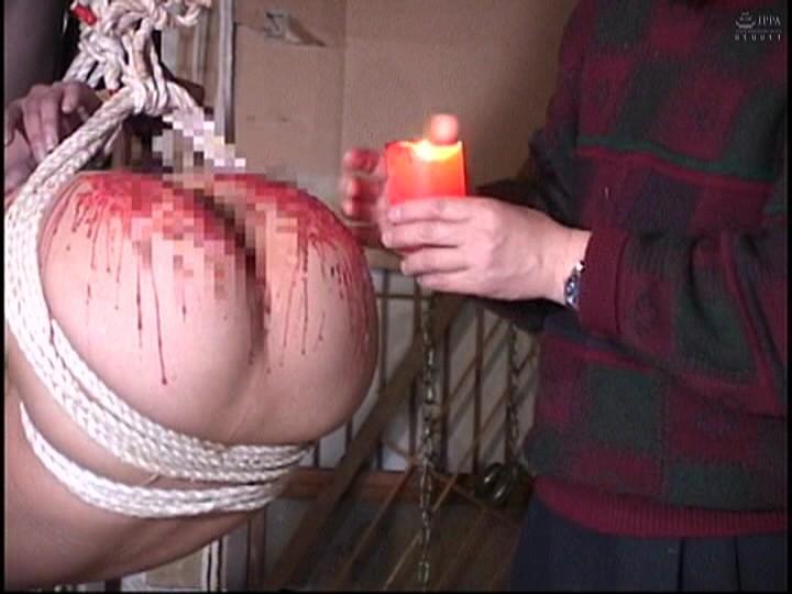 人妻蜜室監禁 未亡人、若妻に異物挿入、蝋燭鞭責め、天井吊り 画像17