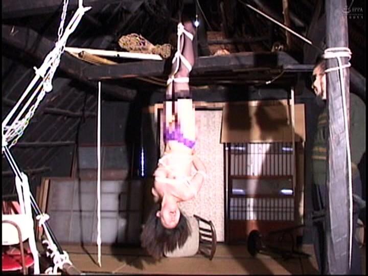 人妻蜜室監禁 未亡人、若妻に異物挿入、蝋燭鞭責め、天井吊り 画像4
