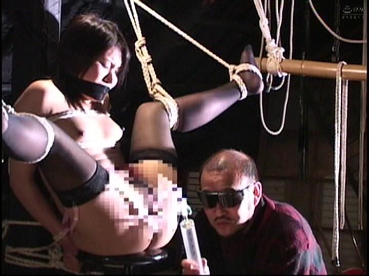 人妻蜜室監禁 未亡人、若妻に異物挿入、蝋燭鞭責め、天井吊り 画像9