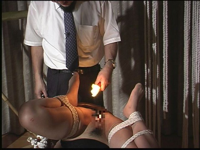 緊縛若妻 十文字拘束・天井逆さ片脚吊り