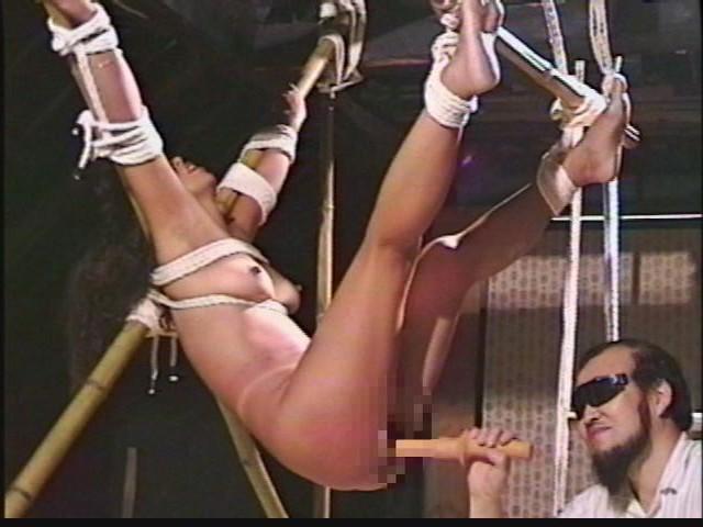 奴●志願妻 天井逆さ吊りに蝋燭責めに強●放尿