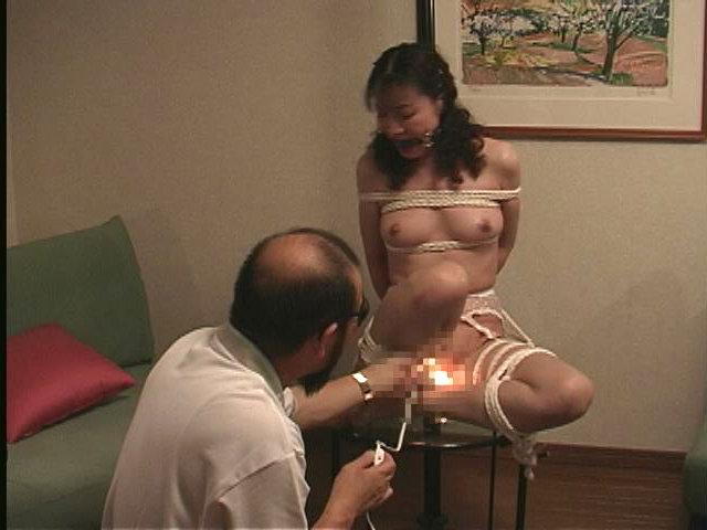 人妻メス奴隷11 野外蝋燭・浣腸・鞭・電流責め 画像5