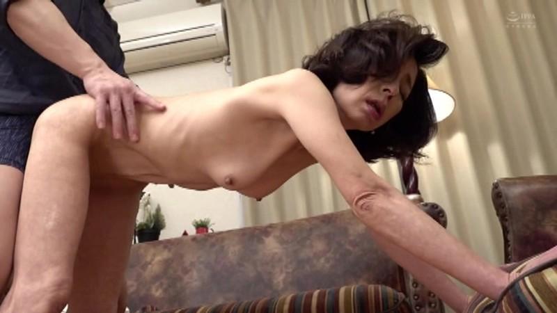 近親相姦 五十路のお母さんに膣中出し 磯山恵子