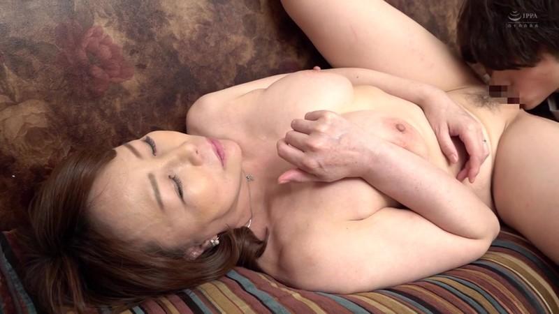 近親相姦 五十路のお母さんに膣中出し 真田紗也子